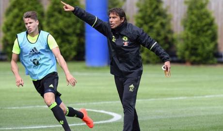 Conte máu lửa hết mình trong buổi tập đầu tiên với Chelsea