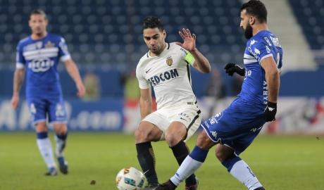 """Falcao """"mất hút"""", Monaco bị đội bét bảng cầm chân"""