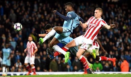 Hòa Stoke trên sân nhà, Man City lỡ ngôi nhì bảng