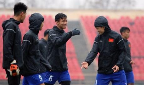 ĐTVN hăng say tập luyện trong cơn mưa lạnh giá