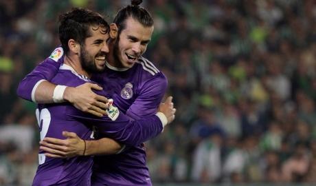 """Bale """"giương cờ trắng"""" trước Isco"""