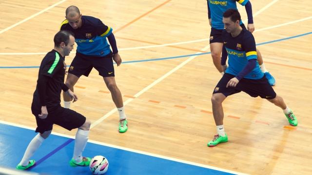 Ngả mũ trước tài đá futsal của Iniesta