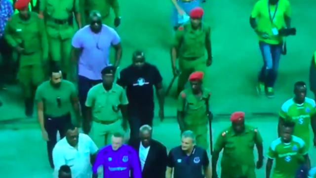 Rooney được cả một đội quân bảo vệ sau khi kết thúc trận giao hữu