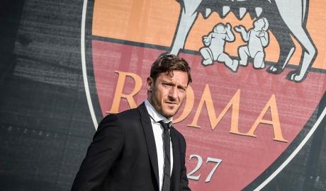 """Totti chính thức lên """"sếp"""" tại Roma"""