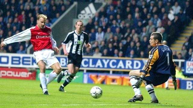 Bergkamp với tuyệt phẩm xoay 180 độ đẹp nhất lịch sử Ngoại hạng Anh