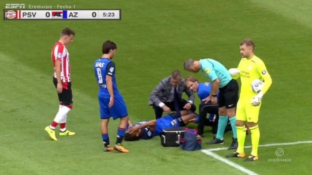 Sao trẻ Hà Lan gập chân một cách rùng rợn sau pha xoạc bóng lỗi