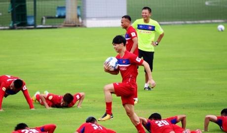 ĐT Việt Nam tập làm quen sân trước trận gặp Campuchia