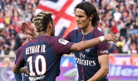 Neymar cảm ơn Cavani sau khi được nhường penalty