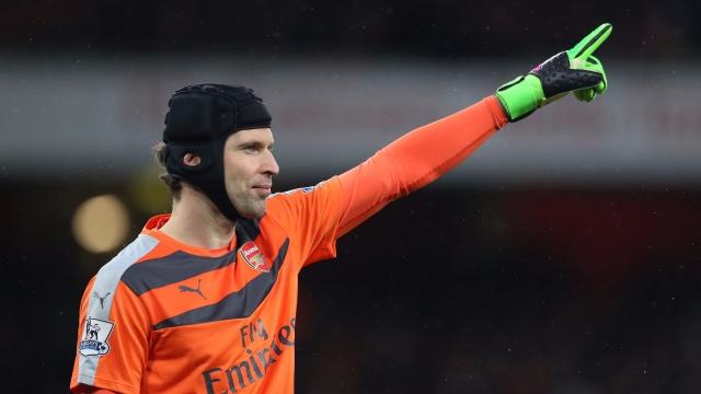 Petr Cech thể hiện kỹ năng bắt bóng bàn cực đỉnh