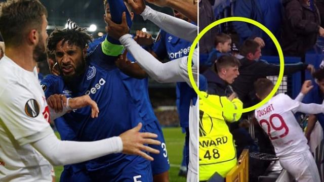 SỐC: Fan Everton vừa bế con vừa lao vào đánh cầu thủ