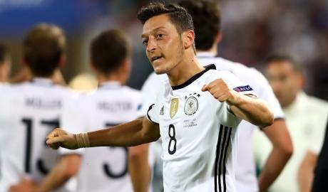 Ozil bị fan gạch tên khỏi đội hình tối ưu tuyển Đức