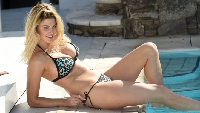 Ashley James khoe vòng 1 đẫy đà