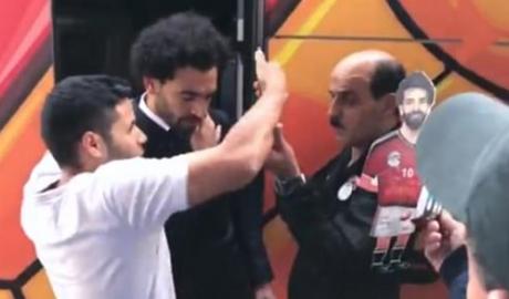 Sợ tái phát chấn thương, Salah né người hâm mộ