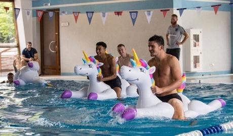 Tuyển Anh ra bể bơi ăn mừng chiến thắng đầu tiên tại World Cup