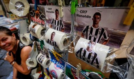 Giấy vệ sinh hình Ronaldo bày bán tràn lan tại Napoli