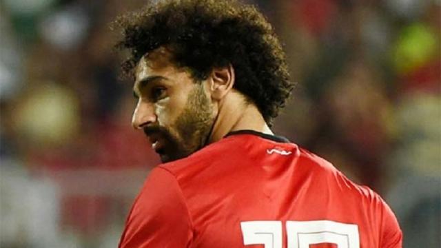 Salah ghi siêu phẩm phạt góc rồi tập tễnh khiến Liverpool hết hồn