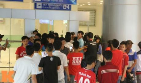 """ĐT Việt Nam đi Hàn Quốc luyện công: """"Rừng"""" fan nữ bao vây ở sân bay"""