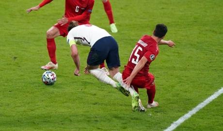 Trọng tài Clattenburg, Wenger và Mourinho nhận định quả phạt đền cho ĐT Anh là SAI