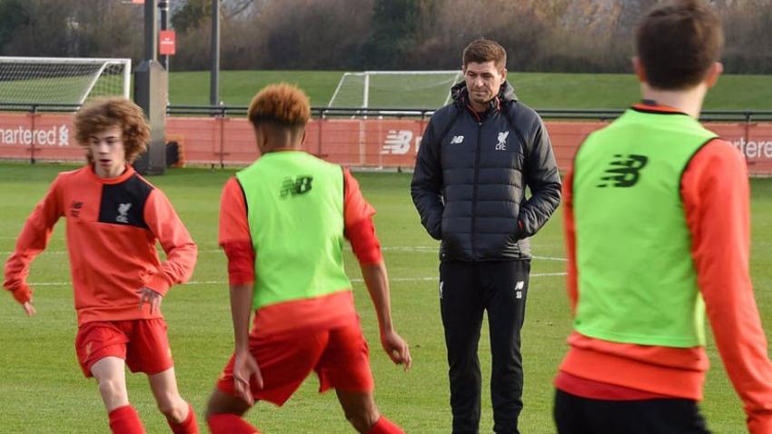 Gerrard thị phạm cho các tài năng trẻ Liverpool trên sân tập