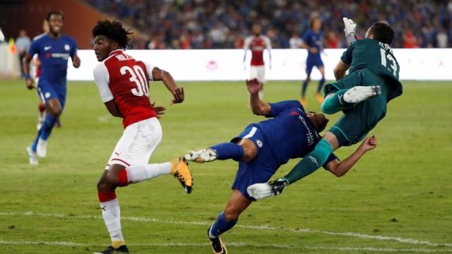 Sao Chelsea nhập viện khẩn cấp sau cú đấm của Ospina