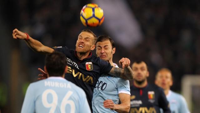 Hàng thủ như mơ ngủ, Lazio ngã ngựa trên sân nhà