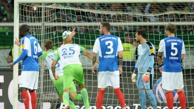 Thắng nhàn đội hạng 2, Wolfsburg trụ lại Bundesliga