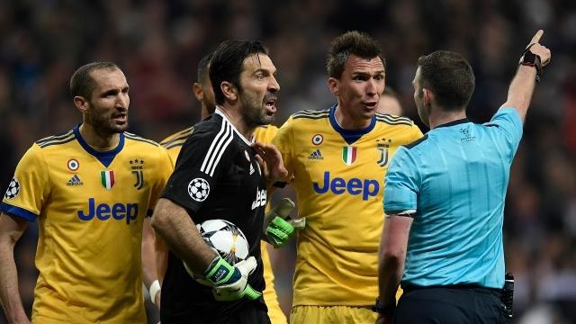 Buffon bị cấm 3 trận vì phản ứng trọng tài