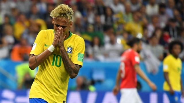 Chơi dở tệ, Neymar đang là gánh nặng của Brazil?
