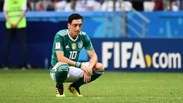 Mesut Ozil cắt ngắn kỳ nghỉ hè để trở lại Arsenal vì lo sợ HLV Emery